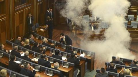 Опозиція Косово знову розпорошує в парламенті сльозогінний газ