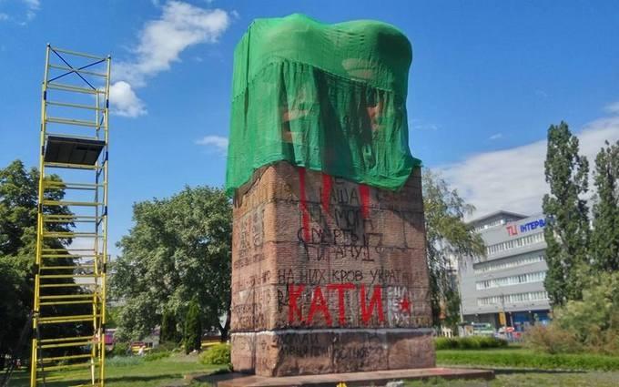 У Києві зробили другу спробу знести радянський пам'ятник: опубліковані фото