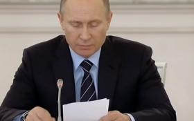 Запинающийся Путин по бумажке прочел текст о победе над нацизмом: появилось видео