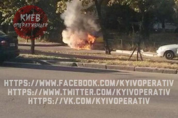 У Києві прямо на вулиці загорілася машина: з'явилися вражаючі фото (1)