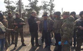 Наслідки війни на Донбасі показали міністру з ЄС: з'явилися фото