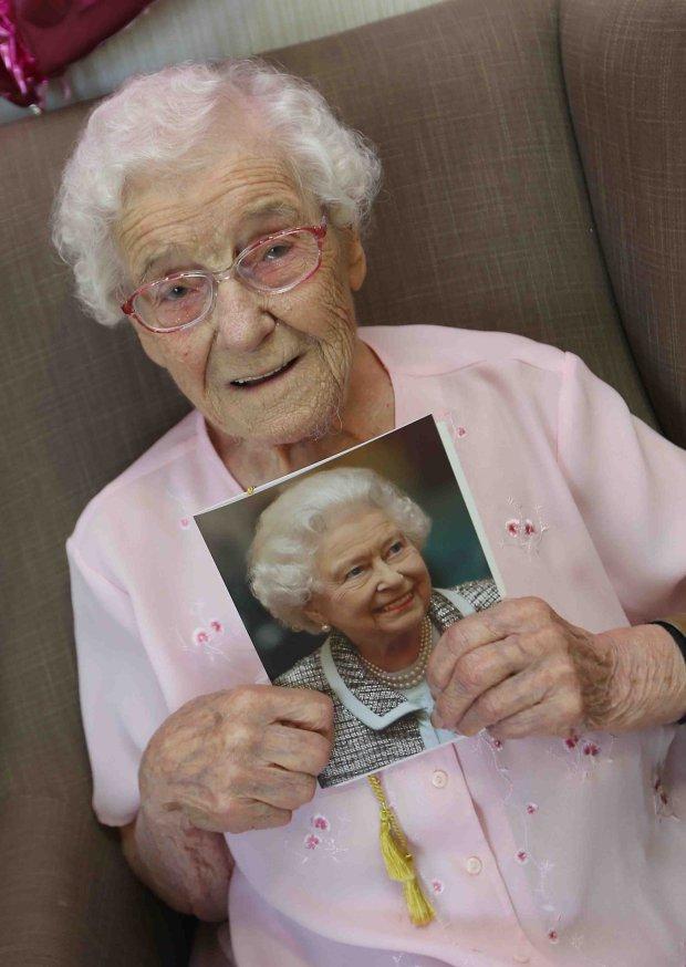 Бабуся замовила на 105-річний ювілей пожежника з татуюваннями: опубліковані фото і відео (1)