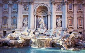 В Риме воды легендарного фонтана Треви стали красного цвета: появилось видео