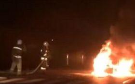 На Львовщине автомобиль влетел в КамАЗ и сгорел дотла: появилось видео