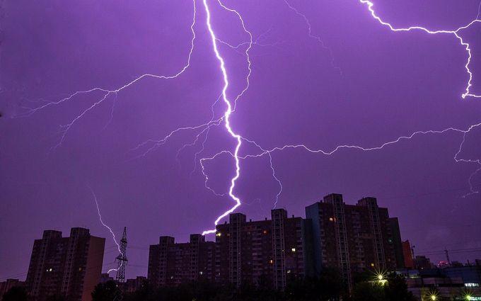 Страшно, но красиво: в сети появились яркие фото и видео ночной грозы в Киеве