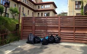 Люди зі сміттям атакували будинок мера Львова: з'явилося відео