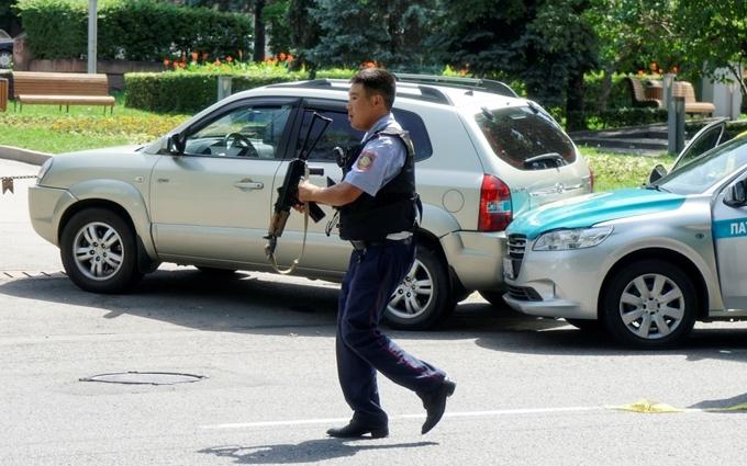 У Казахстані розгорілася стрілянина, вбито поліцейського: з'явилися фото і відео