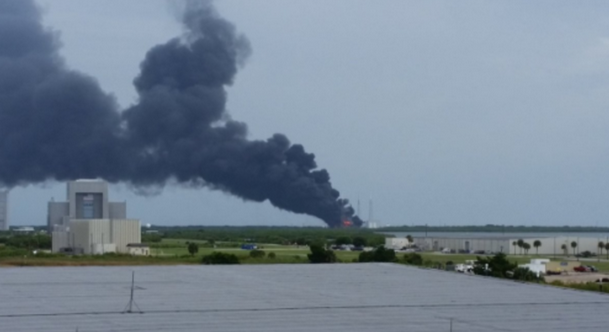 На пусковому майданчику компанії SpaceX вибухнула ракета: опубліковані фото і відео (1)