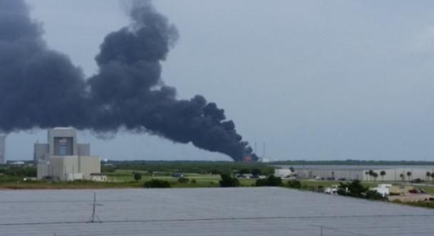 На пусковой площадке компании SpaceX взорвалась ракета: опубликованы фото и видео (1)