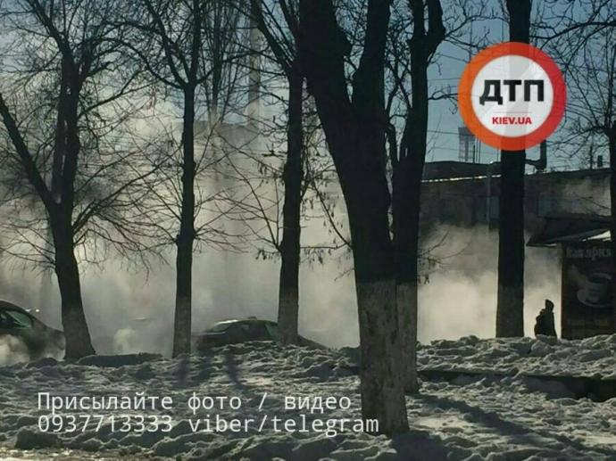 В Киеве горячая вода из трубы затопила целый квартал: появились фото и видео (1)
