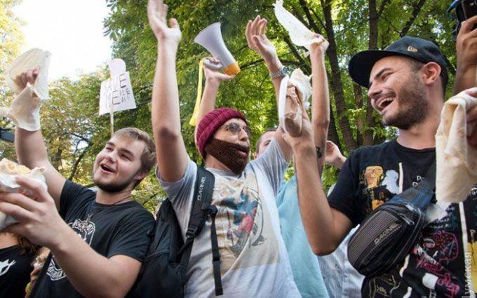 Одесити вийшли на вулиці захищати шаурму: опубліковані фото і відео