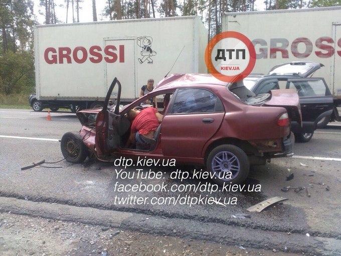 В Києві сталася жахлива ДТП, є загиблий і постраждалі: з'явилися фото (1)