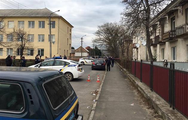 В Мукачево посреди бела дня на улице произошла перестрелка: опубликованы фото и видео (2)