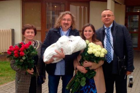 Ніколаєв забрав дружину і дочку з пологового будинку