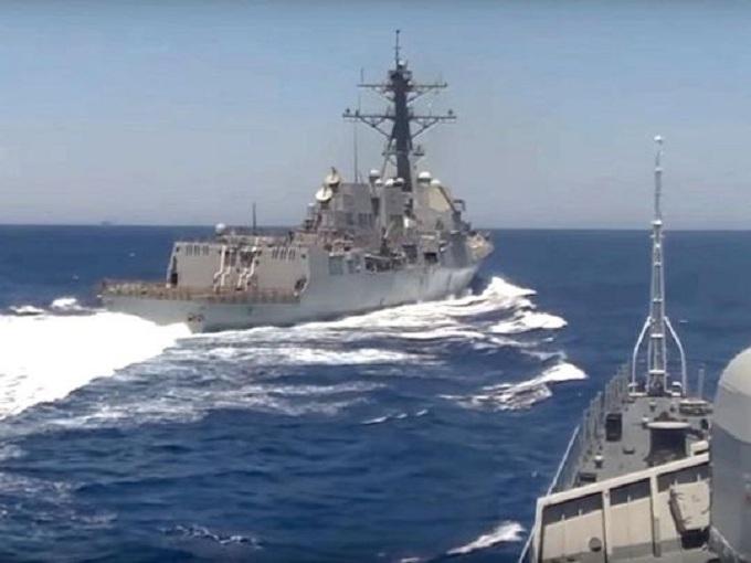 Російський фрегат вирішив подражнити авіаносець США: з'явилося фото