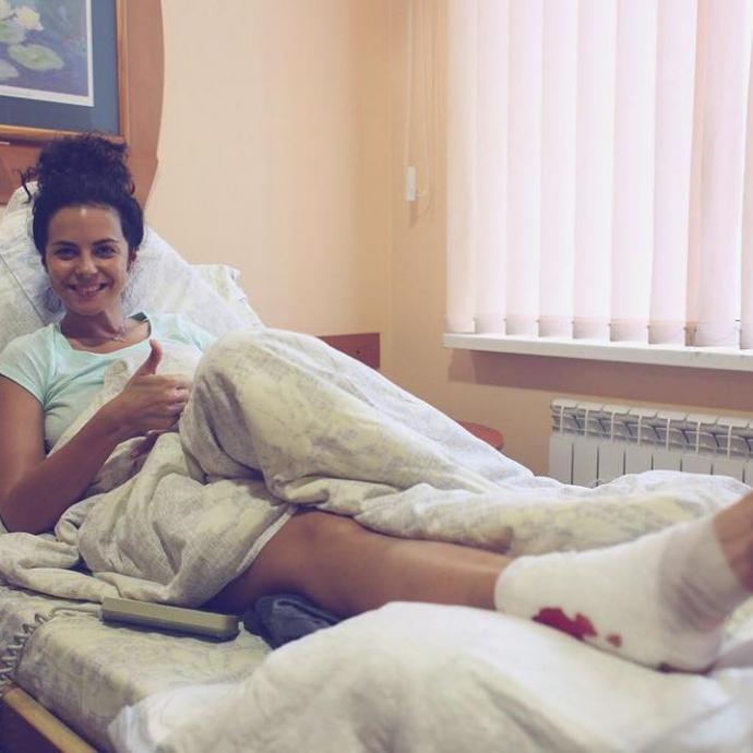 В української співачки не розкрився парашут: з'явилося фото з лікарні (1)