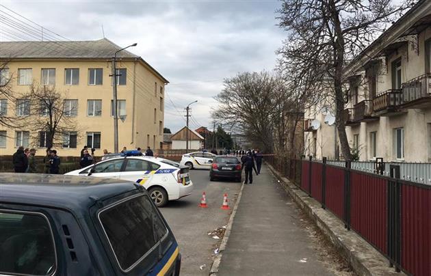 В Мукачево посреди бела дня на улице произошла перестрелка: опубликованы фото и видео (5)
