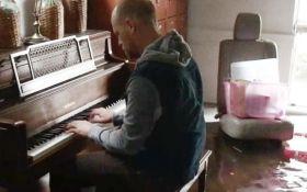 Зворушлива мелодія: чоловік зіграв на фортепіано у затопленому будинку після урагану Гарві