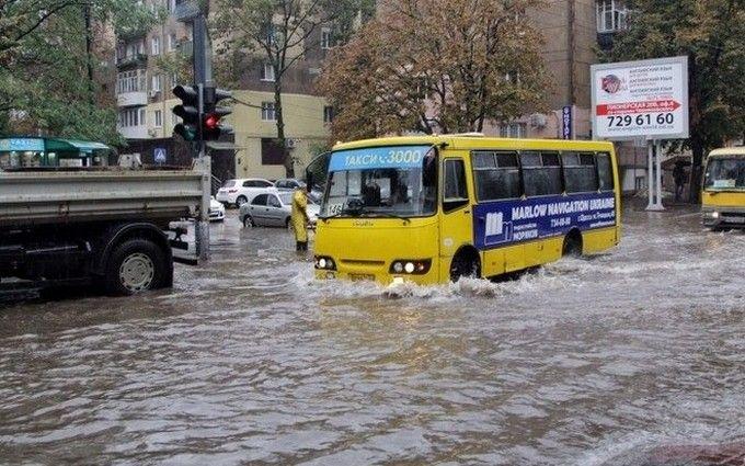 Одесити вже пірнають на затоплених зливою вулицях: з'явилося відео