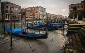 Гондолы в лужах: сеть поразили фото высыхающих каналов Венеции