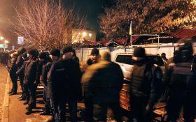 У центрі Києва розгромили кіоски, відбулися сутички: з'явилися фото, відео та подробиці