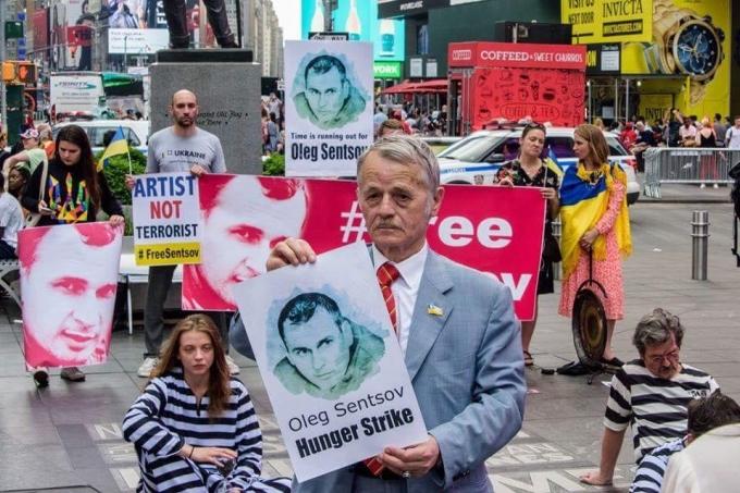 Артист - не террорист: в центре Нью-Йорка прошла масштабная акция в поддержку Олега Сенцова (1)