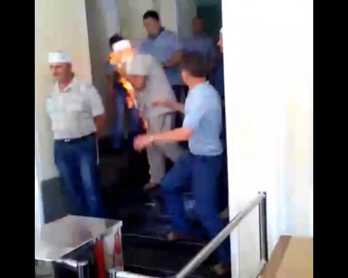 У Києві шахтар намагався спалити себе: з'явилися фото і відео (1)