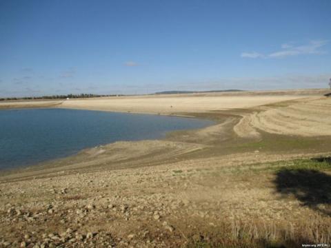Одне з найбільших водосховищ в Криму рекордно обміліло (2)