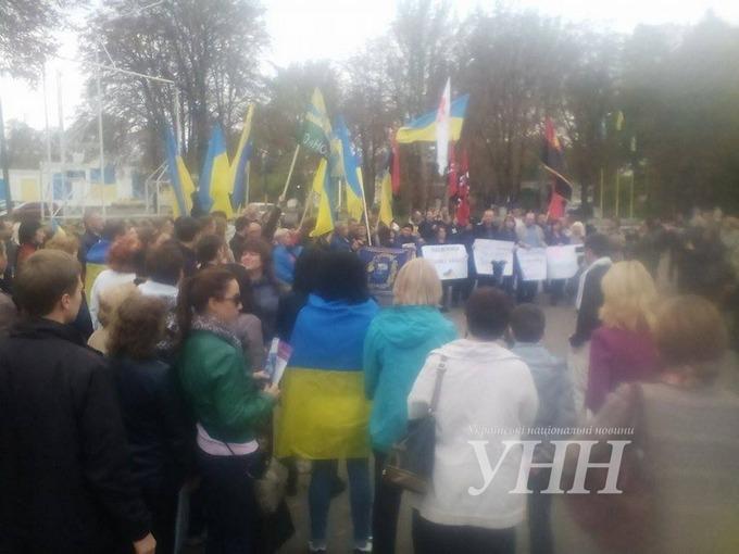 На Донбасі мітингують проти відведення українських військ: з'явилися фото (1)