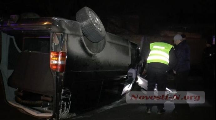 Пьяный водитель в Николаеве ухитрился перевернуть микроавтобус: появились фото и видео (2)