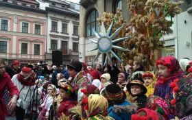 В центре Львова установили гигантский рождественский Дидух: опубликованы яркие фото