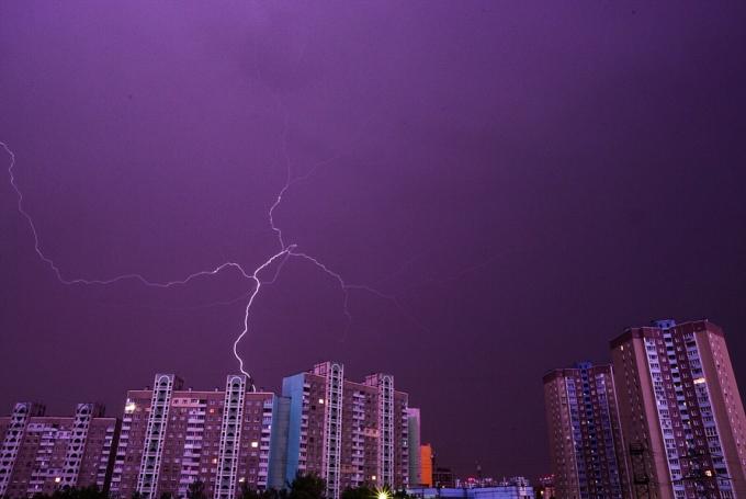 Страшно, но красиво: в сети появились яркие фото и видео ночной грозы в Киеве (1)