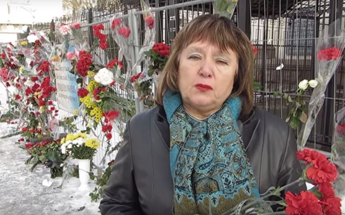 Стало известно, кто носит цветы к посольству России в Киеве: опубликовано видео