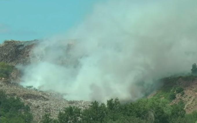 Авіація не змогла загасити палаюче звалище під Львовом: опубліковано відео
