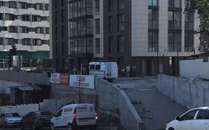 У недобудові Дніпра трапилася стрілянина, є жертва і поранені: з'явилися фото