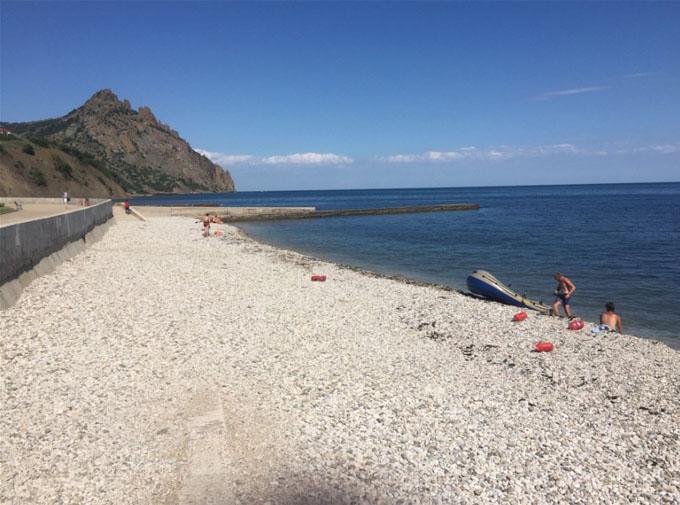 Російський блогер в Криму здивувався порожнім пляжам і розкритикував місцеве вино: з'явилися фото (5)