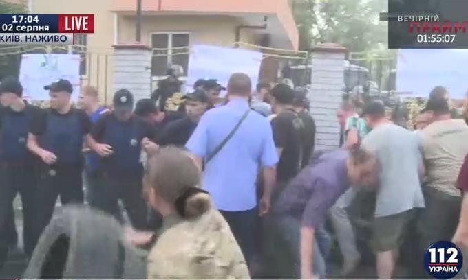 У Києві біля суду влаштували бійку: опубліковані фото і відео (1)