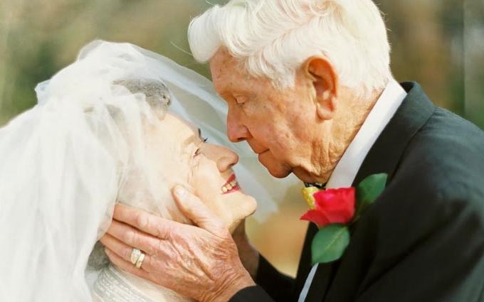 История любви: пара отметила 63 года семейной жизни романтической фотосессией