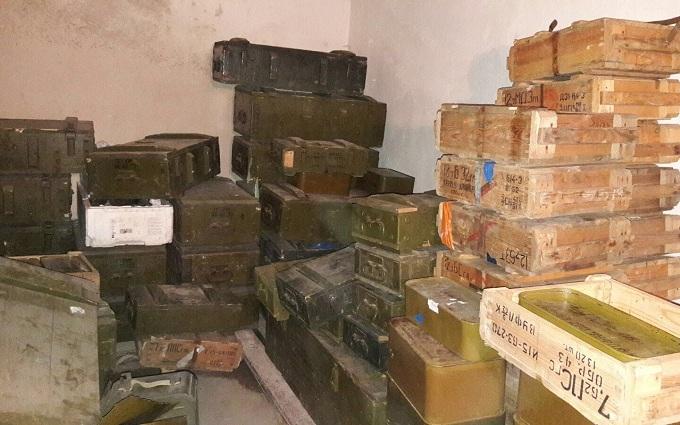 """У полку """"Дніпро-1"""" знайшли рекордну кількість зброї з АТО: з'явилися фото"""