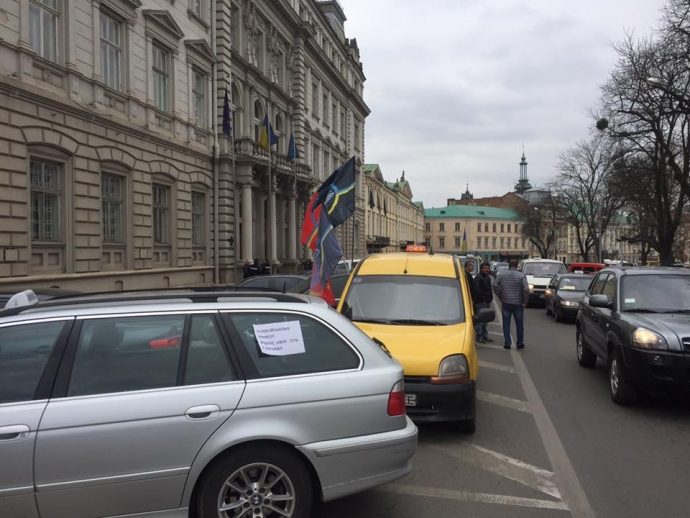 Во Львове ополчились на российские сервисы такси: появились фото и видео (6)