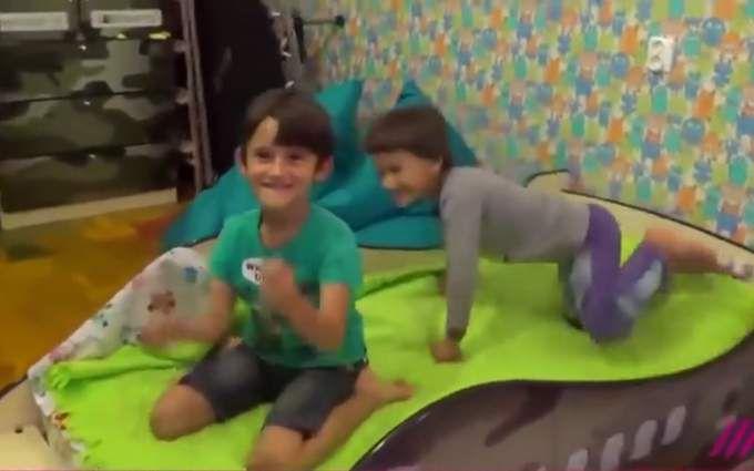 """Хочу сбивать самолеты: сеть ужаснуло видео с российским ребенком в кровати-""""Буке"""""""