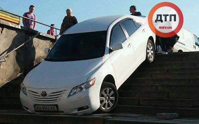 У Києві дивний водій заїхав у підземний перехід: опубліковано фото