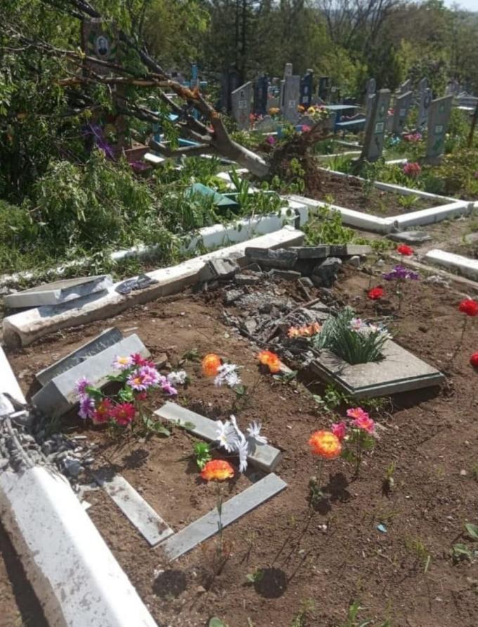 Бойовики танком рознесли кладовище на окупованій Луганщині (3)