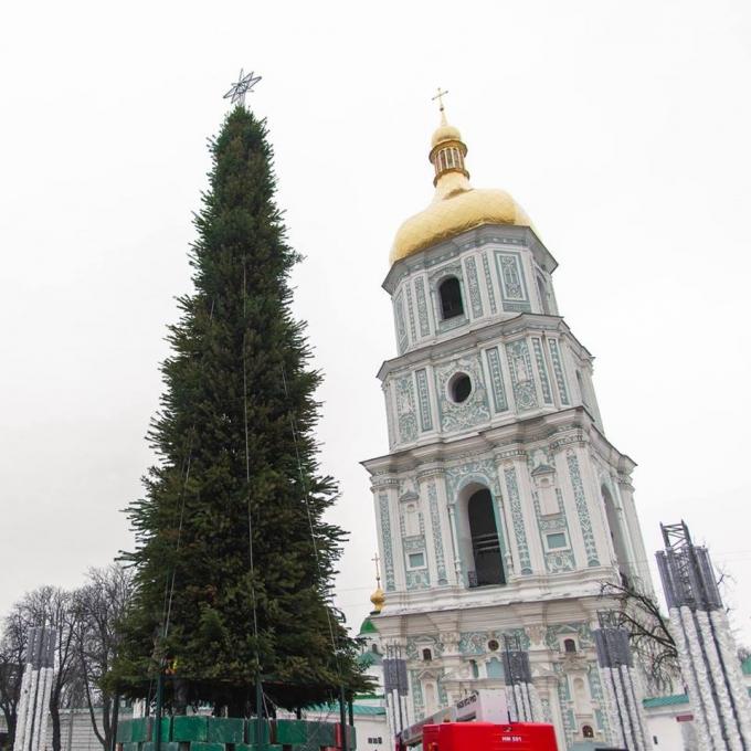 В Киеве уже установлена главная елка страны 2019: новые зрелищные фото (1)