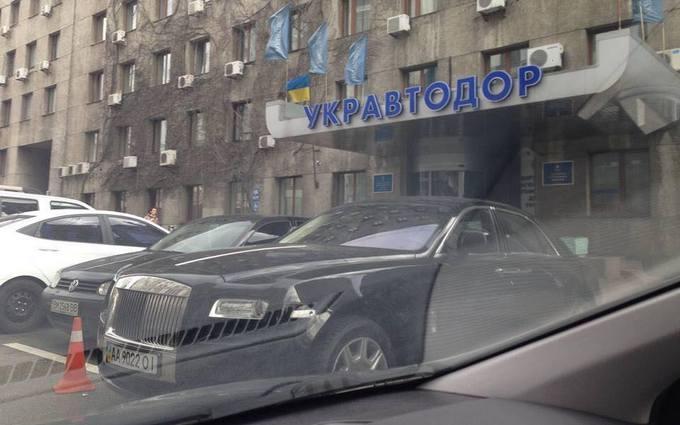 """Мережу розбурхало символічне фото шикарної іномарки біля """"Укравтодору"""""""
