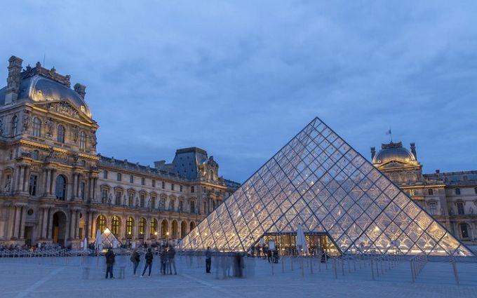 """Впечатляющее зрелище: знаменитая пирамида Лувра провалилась в """"пропасть"""""""