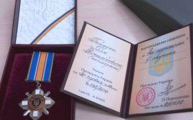 Сестра погибшего в Ил-76 десантника вернула Порошенко орден брата