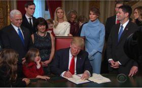 Трамп пошутил, подписывая первые указы на посту президента США: появилось видео