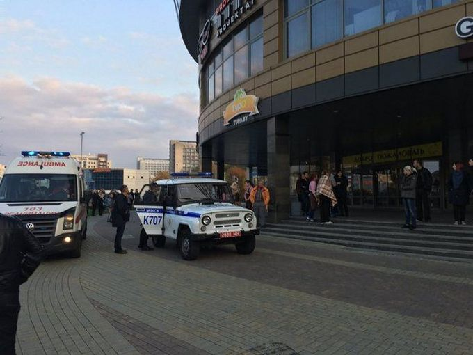 У Мінську чоловіки з бензопилою напали на відвідувачів торгового центру: з'явилося фото (2)