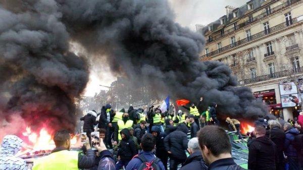Протесты в Париже: на улицы города впервые за 13 лет вывели бронемашины (1)
